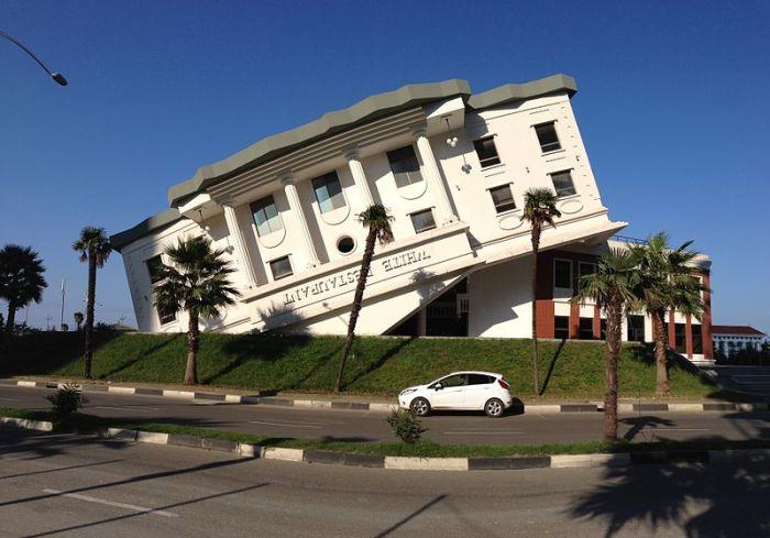 File:Building that looks like upside-down White House, Batumi.JPG