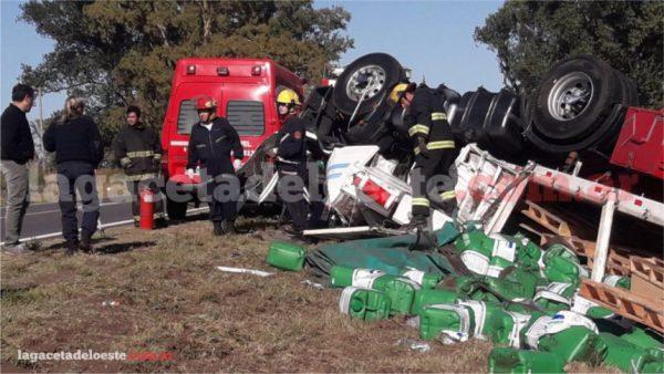 Vuelco fatal y preocupación por la carga que transportaba el camión
