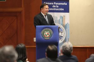 Varela presenta estudio de factibilidad de Tren Panamá-David a empresarios de Capac