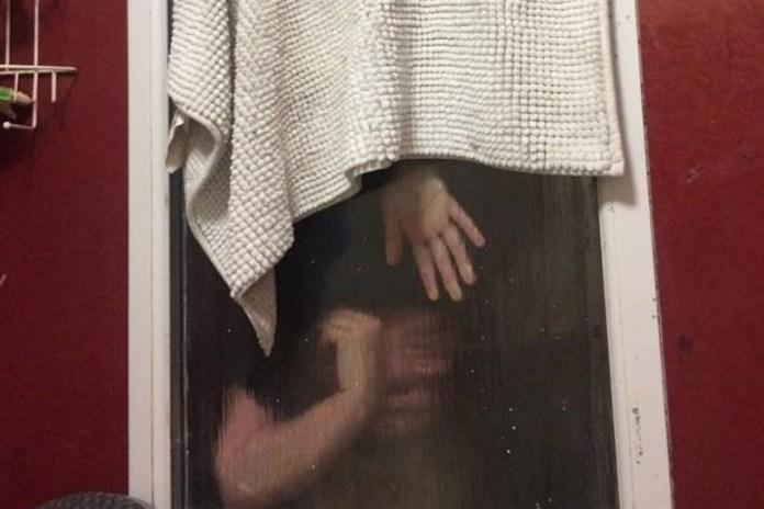 Mulher fica presa em janela durante encontro romântico via Tinder (Foto: Avon Fire & Rescue/Twitter)