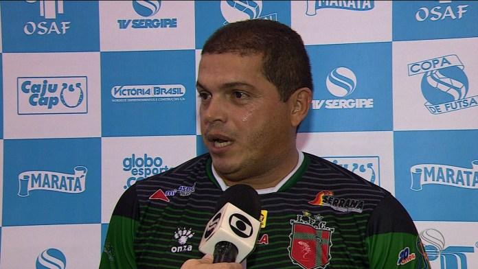 Rogério festeja resultado incomum no Ginási João Alves (Foto: José Gilton / TV sergipe)