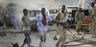 Ataque atingiu hotel e mercado na Somália (Foto: Associated PressAP)
