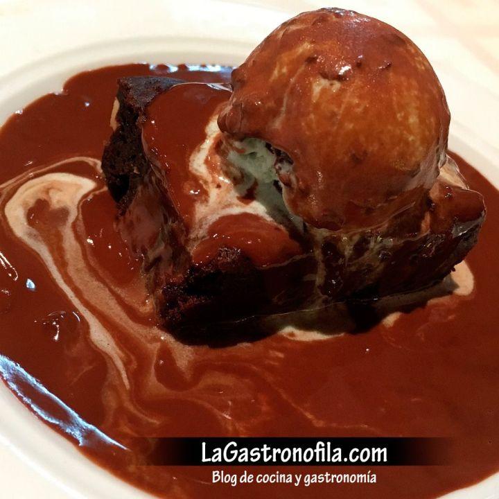 pastel-de-chocolate-manzana-y-nueces-con-salsa-caliente-de-chocolate