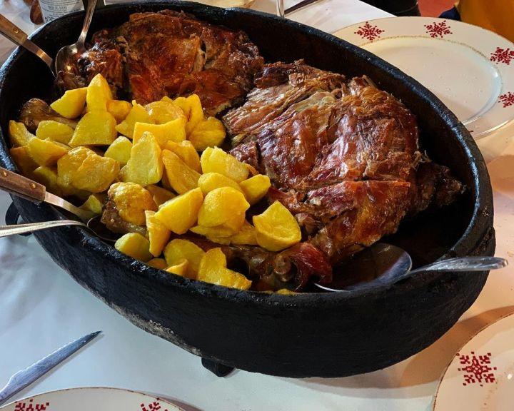 Cordero-lechal-asado-en-horno-de-leña-con-patatas-Asador-Teodomiro-La-Cabrera