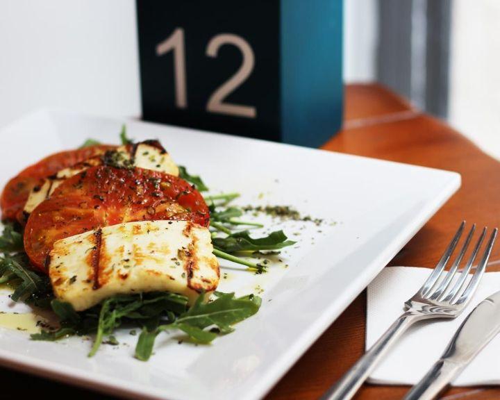 Ensalada-Queso-Haloumi-Halumi-Chipriota-Parrilla-Rucula-Tomate-Aceite-de-Oliva-3---Egeo-Suvlakeria-Griega-Restaurante-Madrid