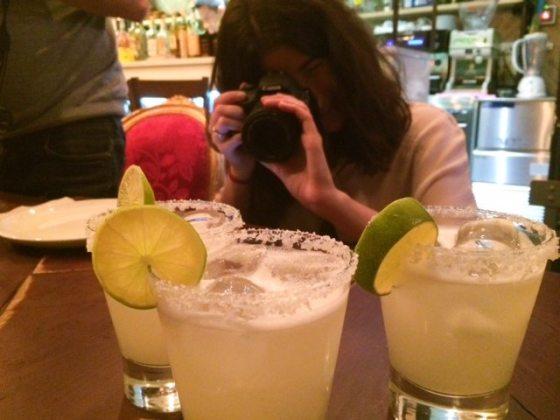 Así estábamos todos cada vez que algo nuevo llegaba a la mesa: fotografiando (María del blog Tenemosqueir)