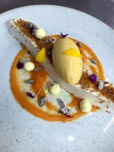 tarta-de-queso-y-vainilla-con-helado-de-calabaza-asada%2c-pan-de-especias-y-curcuma%2c-bacira