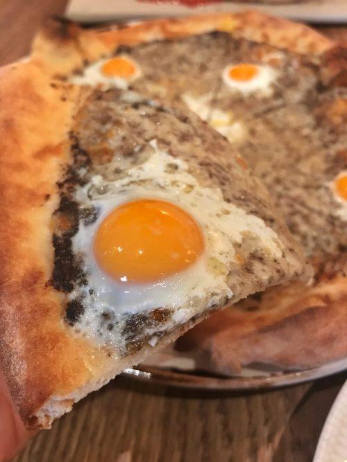 Pizza con huevo y trufa, restaurante italiano en Madrid