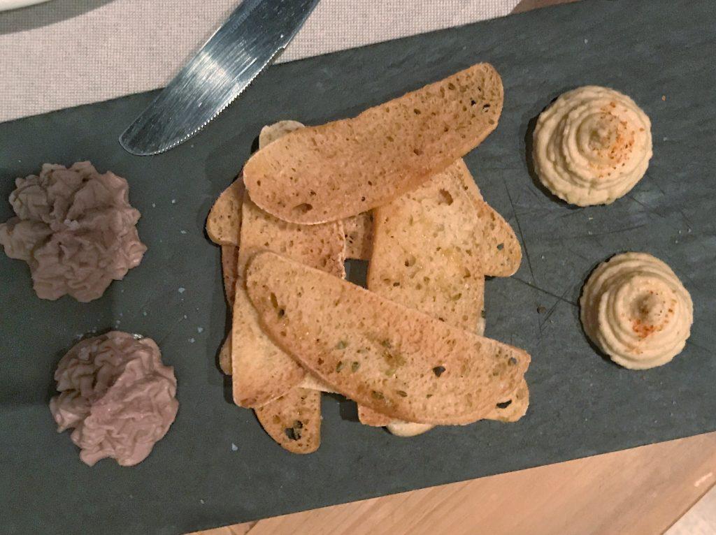 Tabla de paté y hummus casero de Condumios. Restaurantes en Madrid