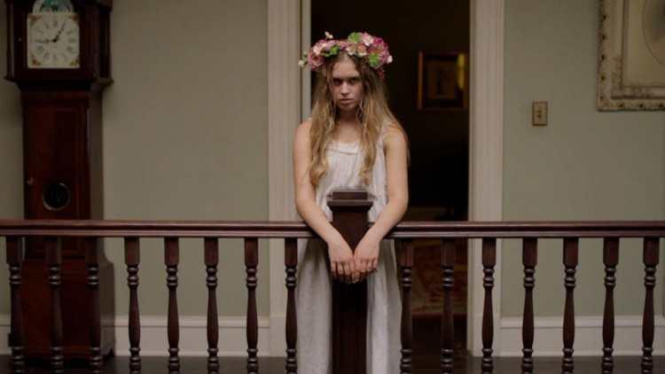 Amma en robe et fleurs
