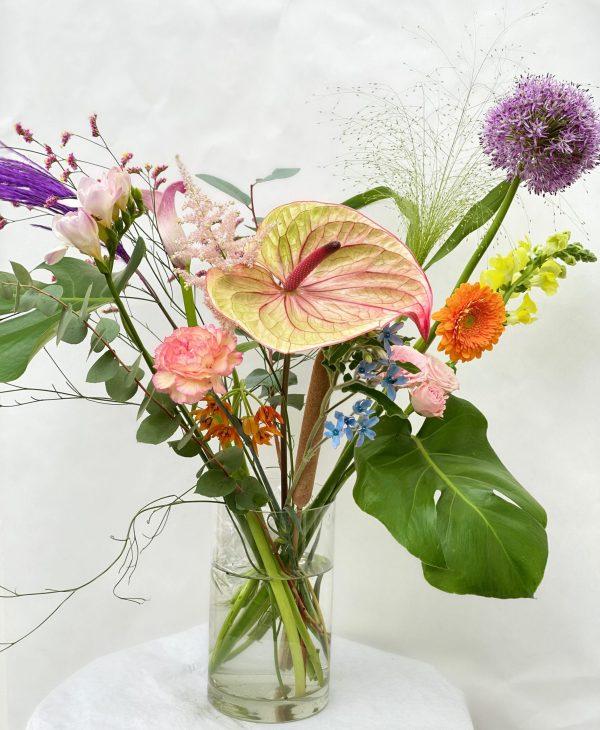 Løse stilke til vasen. Floristens valg af blandede moderne blomster.