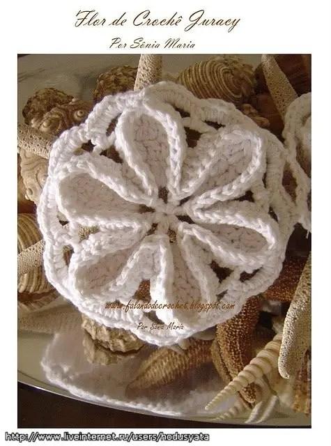 un pull avec des granny de fleurs en relief