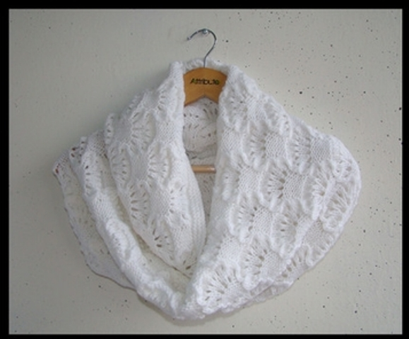 Au tricot un snood avec un joli point