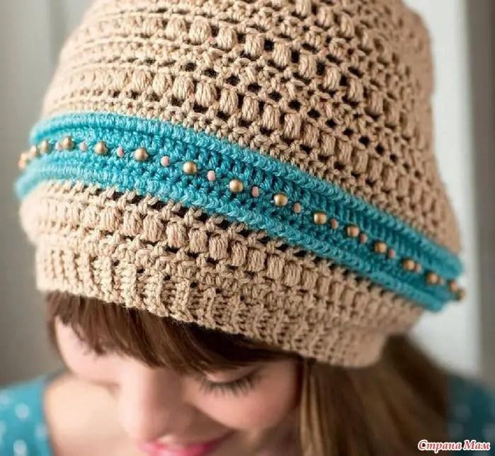 Au crochet un bonnet bicolore et quelques perles