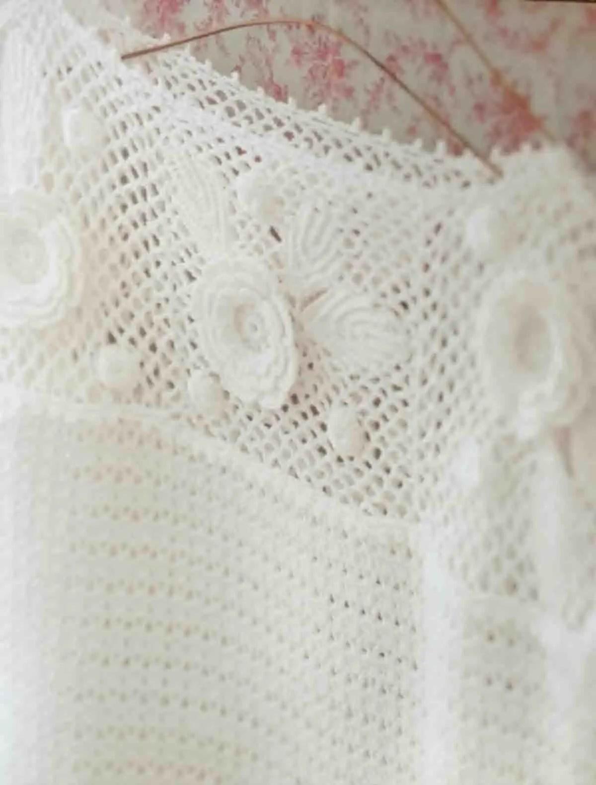 Un pull d'été avec un haut de granny fleuris au crochet