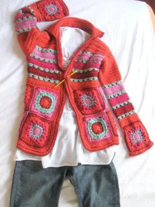 une veste en granny multicolore