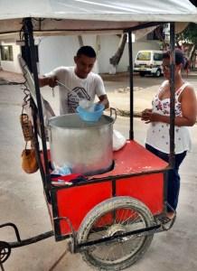 Jhon vendiendo el peto por las calles de Riohacha
