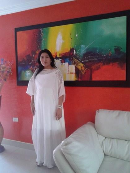La belleza de la mujer Wayuu contrastada con el colorido armónico de nuestro entorno, representado en la imagen abstracta de un lienzo.