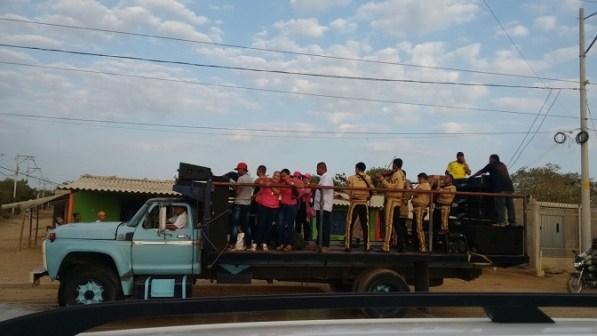 Con los Mariachis, trepados en un camión, la Gestora Social les ofreció a las mujeres de la ciudad una serenata en honor a su día.