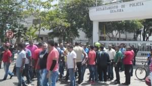 Propietarios y tenedores de vehículos venezolanos bloqueando varios sectores de la ciudad, entre ellos, el comando de la policía.