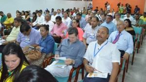 Los guajiros estuvieron muy atentos al conversatorio, se observa entre los asistentes, al alcalde de Dibulla, Bienvenido Mejía Brito.