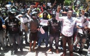 Los manifestantes protestando airadamente frente al palacio distrital.