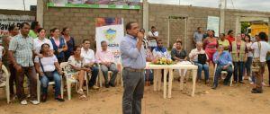 El alcalde de Riohacha, Fabio Velásquez, cuando le explicaba a los beneficiarios, las bondades del proyecto.