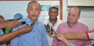 Entregando declaraciones a los periodistas, aparece el gobernador electo de los guajiros, Wilmer David González Brito.