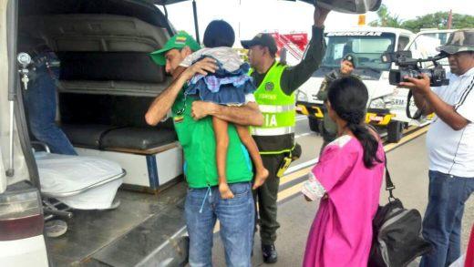 Instantes cuando el helicóptero ya en tierra, el personal médico y paramédico del hospital recibía a las menores para llevarlas al centro asistencial.