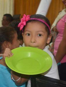 Algunos padres de familia llevaron a sus hijos con los platos vacíos, demostrando la dificultad que tendrán por no haberle aprobado el proyecto.