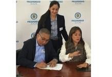 Instantes cuando el alcalde de Maicao José Carlos Molina Becerra, firmó el convenio con Tatyana Orozco, directora de Prosperidad Social.