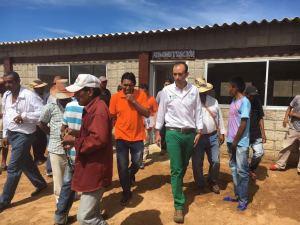 El Funcionario nacional visitando a los campesinos que serán beneficiados.
