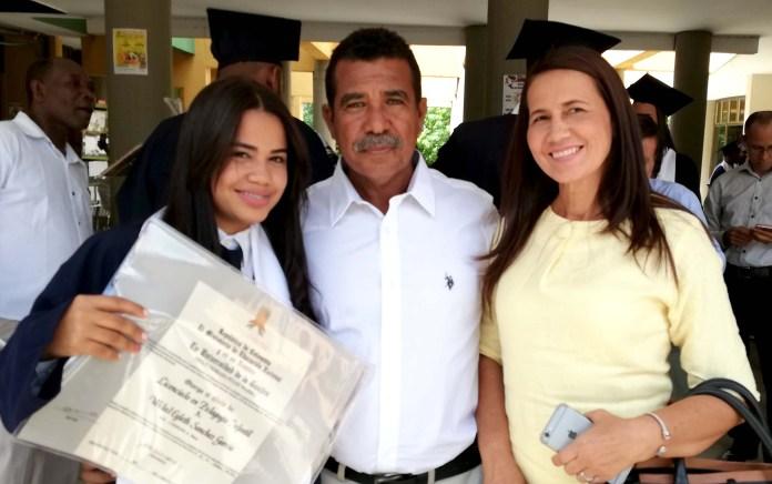 En esta imagen la profesional en compañía de sus padres Josmi Sánchez González y Ana García Ricardo.