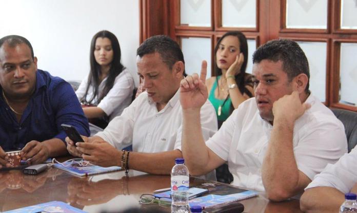 El alcalde de Riohacha Juan Carlos Suaza Movil, realizó un recorrido por obras que se realizan en el Distrito, junto a la directora del Departamento de Prosperidad Social, DPS, Susana Correa.