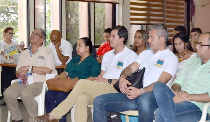 José Luis Acero Vergel junto al equipo de trabajo de Guajira Azul