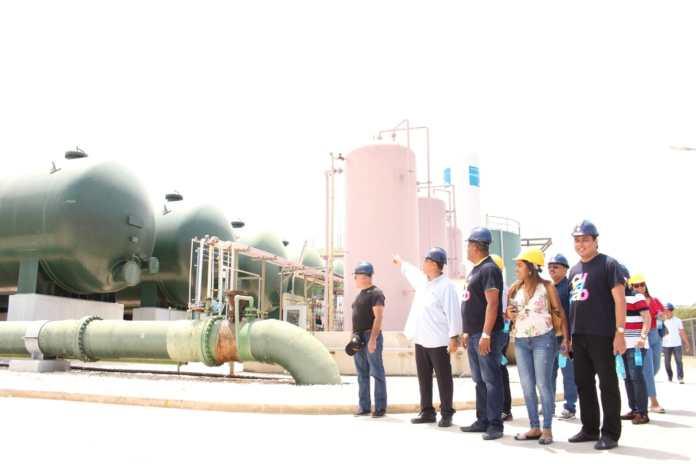 El Mandatario de los guajiros con su delegación visitando la planta desalinizadora de Curazao.