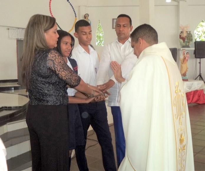 Familia Saurith Flórez recibiendo la bendición por parte del Sacerdote.