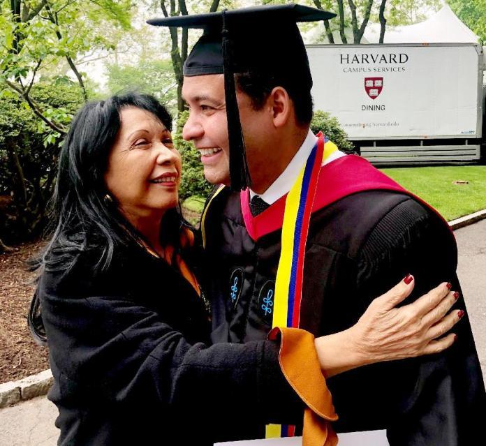 El graduado Nemesio Roys Garzón, acompañado de su señora madre, Carmen Lonié Garzón Freyle.