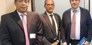 El secretario privado de la alcaldía de Riohacha, Álvaro Gnecco Rodríguez, junto a William García, gerente de Asaa se reunieron con Felipe Muñoz, gerente de Frontera con Venezuela.