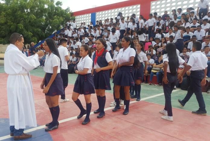 Estudiantes del colegio Sagrado Corazón de Jesús, tomando la hostia.