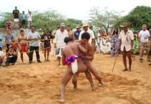 Lucha en femenino y masculino (foto) fue uno de los juegos tradicionales que se desarrollaron en los juegos Wayúu, realizaron en Maicao.