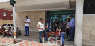 El cadáver del migrante permaneció en la puerta de la Gobernación de La Guajira, cerca de dos horas.