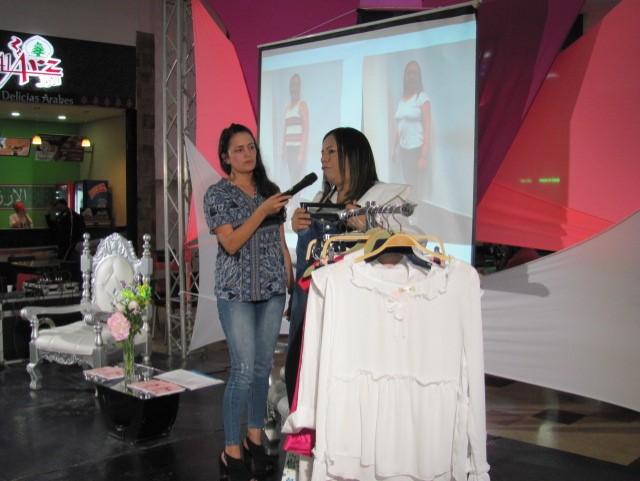 La diseñadora de modas, Bertha Henríquez explicó a las madres presentes sobre el tipo de ropa, tendencia, textura de tela y atuendos a usar.