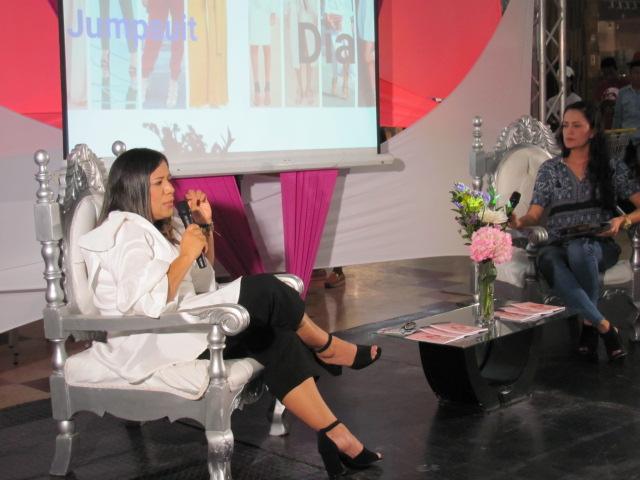 Momento cuando la diseñadora de modas, Bertha Henríquez inició el conversatorio junto a Yeiris Echeveri, coordinadora de mercadeo del centro comercial Suchiimma.
