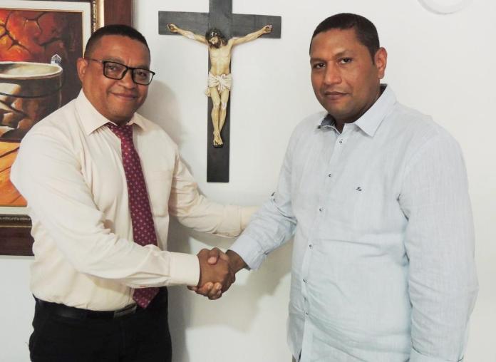 Aquí Jorge Luis Pérez Molina estrecha la mano con la del gobernador (e), Wilbert Hernández Sierra, después de haberse posesionado.