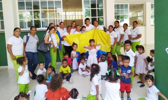 El jugador de futbol Luis Díaz, visitó el CDI Amar Para Enseñar, del barrio Villa Corelca, para que los niños lo conocieran