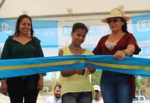 En el corte de cinta aparecen Andrea Colchado, Gerente del programa GoTeach de DHL, Osmary Molina, niña migrante venezolana y la gestora social Marisol García.