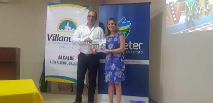 En el municipio de Villanueva, la presidenta de Findeter, Sandra Gómez le hizo entrega al alcalde Luis Alberto Baquero Daza del Plan de Acción Villanueva Sostenible 2035.