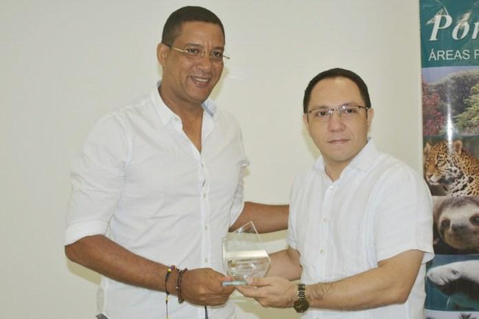 Instantes cuando Johnny Avendaño presidente del Sirap Caribe resalta el trabajo que ha venido realizando el director de Corpoguajira, Luis Manuel Medina Toro.