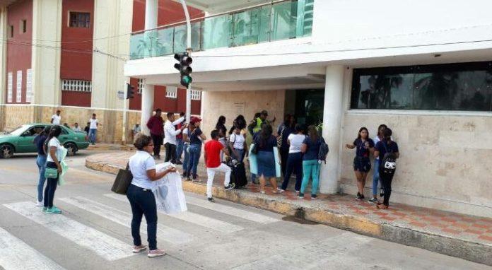 Instantes cuando los estudiantes protestaban frente a la Gobernación de La Guajira.